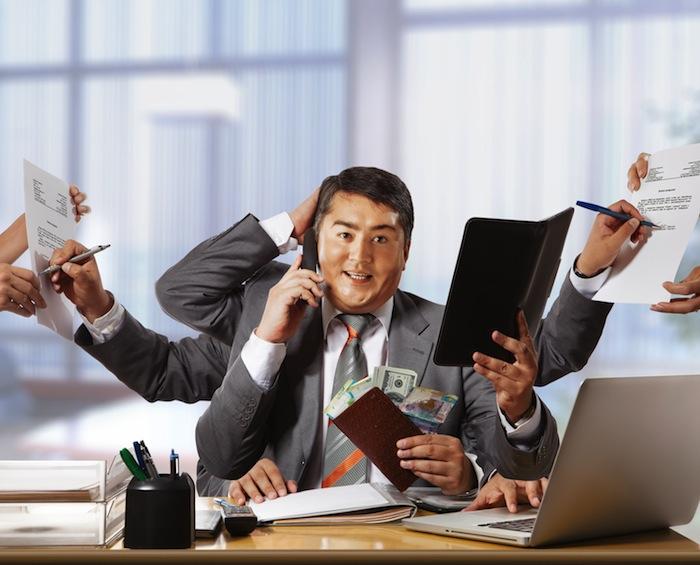 """<img src=""""toimitusjohtaja.jpg"""" alt=""""toimitusjohtaja ja palkka"""">"""" width=""""700″ height=""""565″></a></p> <p>Esimerkki 1</p> <p>Toimitusjohtajan palkka on usein sidottu yhtiön tuloksentekokykyyn. Eräässä tapauksessa yhtiön tulosta oli parannettu siirtämällä merkittäviä kuluja seuraavalle vuodelle. Tästä syystä tulos eli palkkio oli suurempi. Tuloslaskelmaa on kohtalaisen helppo räätälöidä näyttämään muuta kuin todellisuus on.</p> <p><span id="""